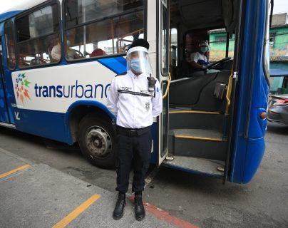Un agente de seguridad es el encargado de velar que las medidas de seguridad se cumplan para poder abordar las unidades de transurbano. Foto Prensa Libre/ Carlos Hernández Ovalle
