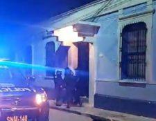 Agentes de la PNC en diligencia para capturar a personas que participaban en fiesta en pleno toque de queda en San Marcos. (Foto Prensa Libre: PNC)
