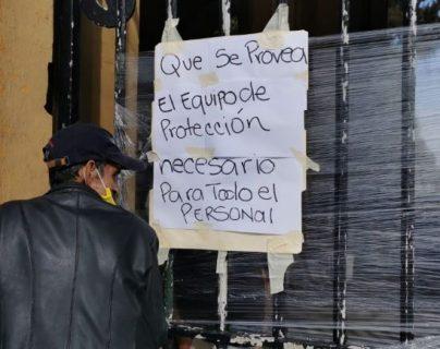 Trabajadores piden equipo de protección para sus labores en el Cementerio General. (Foto Prensa Libre: María Reneé Barrientos Gaytán)