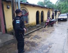 Agentes de la PNC y MP ejecutaron cinco allanamientos en Coatepeque, Quetzaltenango y Retalhuleu. (Foto Prensa Libre: Cortesía PNC)