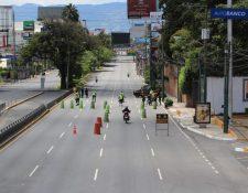 Agentes de la PNC llevan a cabo operativos para verificar que se cumplan las restricciones de movilidad. (Foto Prensa Libre: Byron García)