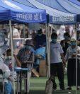 Pacientes esperan a ser evaluados por coronavirus en Pekin, China. (Foto Prensa Libre: EFE)