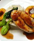 Sofisticada pero fácil de preparar es la exquisita receta de pollo en salsa de naranja con melocotones horneados, creación del chef y artista visual Alexander Ferrar, del restaurante Sobremesa, en Antigua Guatemala. (Foto Prensa Libre, cortesía de Alexander Ferrar)