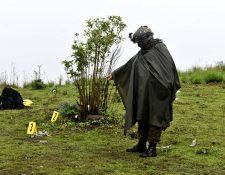 Un soldado del Ejército de Guatemala señala municiones encontradas en una colina de  del área limítrofe de Nahualá y Santa Catarina Ixtahuacán. (Foto Prensa Libre: Cortesía)