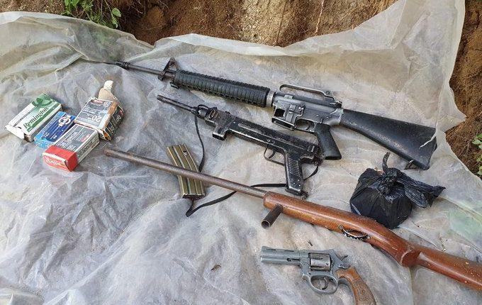 Armas localizadas en la aldea Pachipac, Nahualá. (Foto Prensa Libre: Ejército de Guatemala).