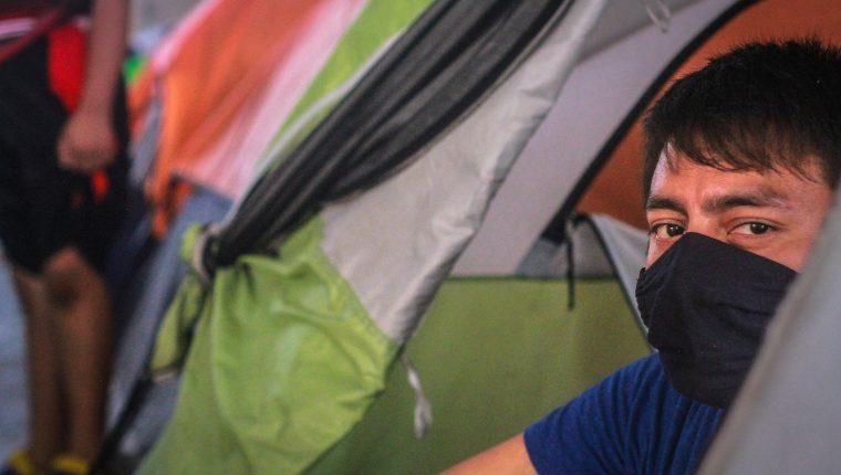 Migrantes, en su mayoría centroamericanos, permanecen en un albergue en la ciudad de Tijuana. (Foto Prensa Libre: EFE)