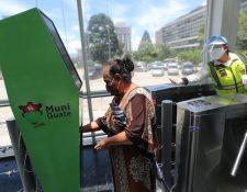 Los pasajeros que participaron en el ensayo de operación del Transmetro debían seguir todas las indicaciones de bioseguridad. (Foto Prensa Libre: Érick Ávila)