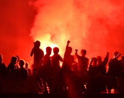 Los organizadores temen que los aficionados salgan a las calles como sucedió con los del Liverpool al coronarse. (Foto Prensa Libre: EFE)