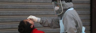 Los hisopados colectivos no son aconsejables sin el debido protocolo, según laboratoristas. (Foto Prensa Libre: Raúl Juárez)