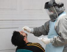 En Quetzaltenango autoridades de salud hicieron, semanas atrás, pruebas de covid a tenderos de barrio para evitar nuevos casos en el departamento.  (Foto Prensa Libre: Raúl Juárez)