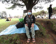 Sandra Baquiax, espera afuera del Hospital Regional de Occidente información sobre su hija recluida en el HRO. (Foto Prensa Libre: María Longo)