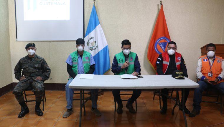 Miembros del COE de Quetzaltenango anunciaron la medidas que tomarán para el cierre de negocios. (Foto Prensa Libre: Raúl Juárez)