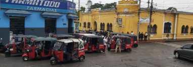 La asociación de mototaxis en Mazatenango anunció que comenzarán a circular pese a que no tienen autorizado prestar el servicio.  (Foto Prensa Libre: Marvin Túnchez)