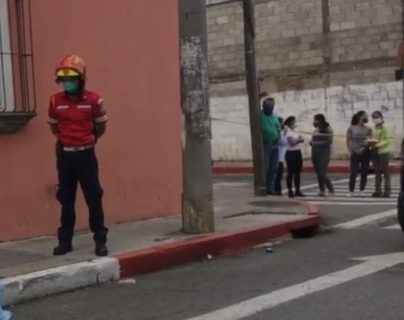 Bombero observa cadáver de hombre que murió baleado en la zona 5 de la capital. (Foto Prensa Libre: Amílcar Montejo).