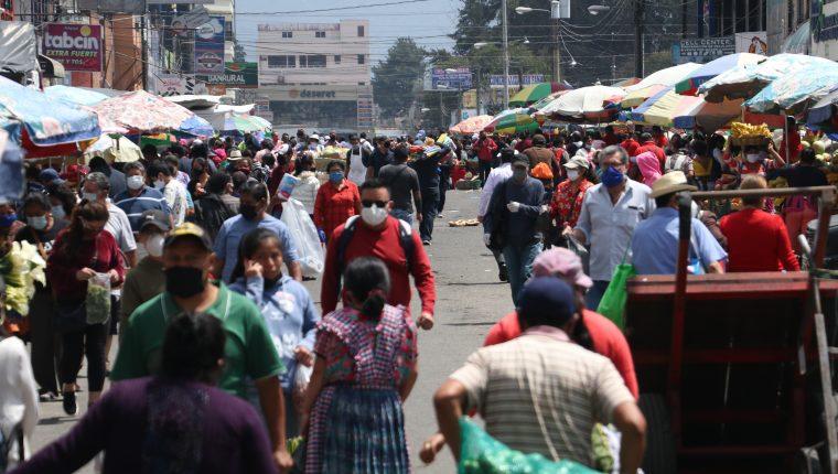 El mercado La Democracia, en la Ciudad de Quetzaltenango, es un lugar de riesgo de contagio, según las autoridades de Salud. (Foto Prensa Libre: Raúl Juárez)