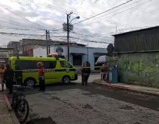 Lugar donde un agente de la PNC murió por una herida de bala en la zona 1 de la capital. (Foto Prensa Libre: Bomberos Municipales).