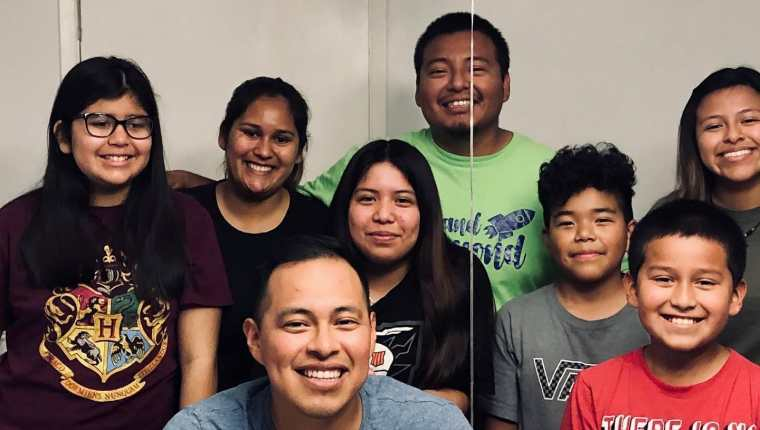 Maltish Lorenzo – camisa gris – festeja con su familia su graduación de médico en la Universidad de Harvard. (Foto Prensa Libre: Tomada de Facebook de Maltish Lorenzo)