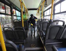 En cada estación desinfectan las unidades del transmetro. Fotografía. Prensa Libre. Erick Avila