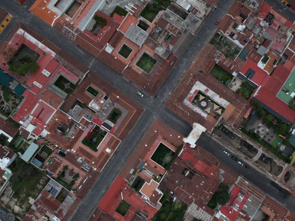 Antigua Guatemala es un destino obligado para los turistas internacionales, sus calles empedradas han sido reparadas en este tiempo. Foto Prensa Libre: Carlos Hernández