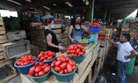 Varias personas llegan a  cenma zona 12 para poder realizar compras de  producto de verduras y frutas esto por el cierre de fin de semana para evitar el contagio del CORONAVIRUS.   Fotograf'a. Erick Avila:             18052020