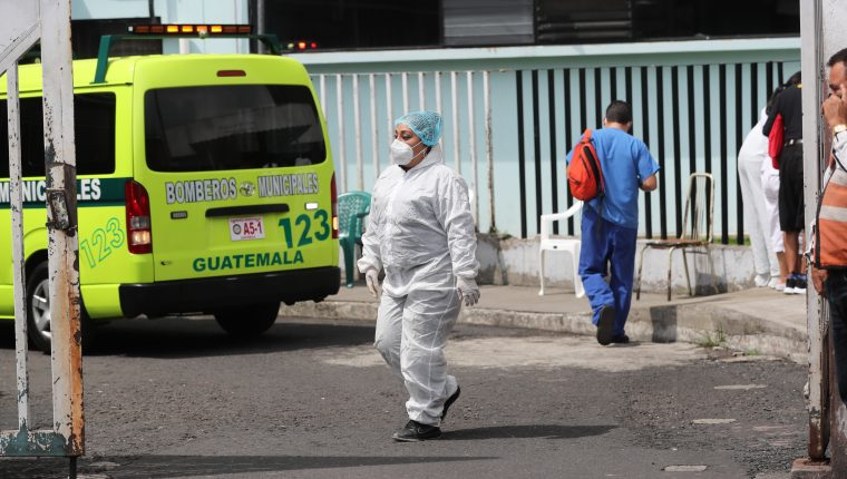 Varias personas se acercan al Hospital San Juan de Dios para pedir información de sus familiares internados por el coronavirus. (Foto Prensa Libre: Erick Ávila)