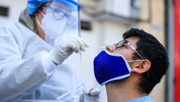 MP investiga supuesta falsificación de pruebas para detectar el covid-19. (Foto Prensa Libre: EFE)
