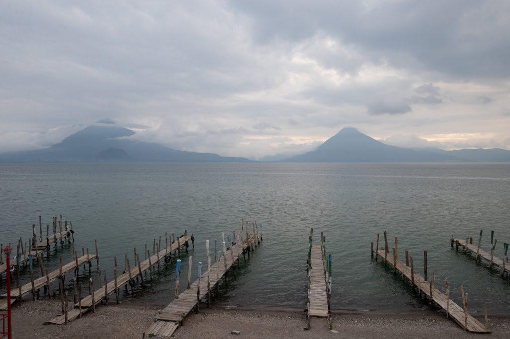 Los muelles se ven sin barcos al atardecer, aunque las personas han disminuido sus actividades. Foto Prensa Libre: Óscar Rivas
