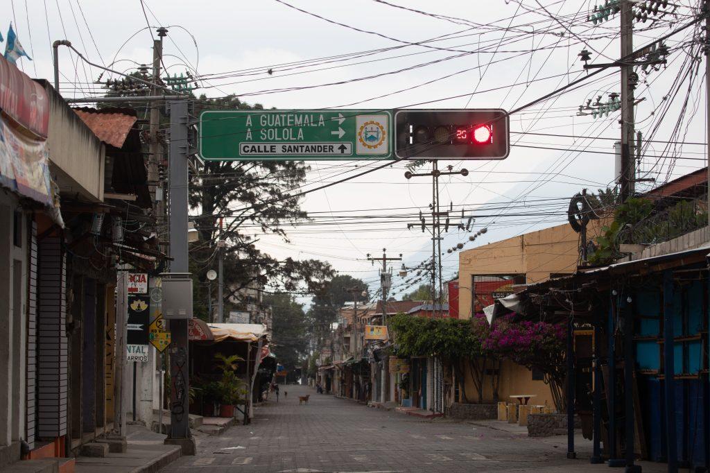 Uno de los lugares más transitados es la Calle Santander en Panajachel los fines de semana, pero ahora los pobladores piden a las personas ingresar a sus casas y cumplir con el confinamiento. Foto Prensa Libre: Óscar Rivas