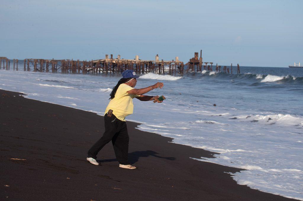 Una persona pesca su cena minutos antes del toque de queda debido a que el trabajo es escaso y la visita de turistas totalmente nula. Foto Prensa Libre: Óscar Rivas