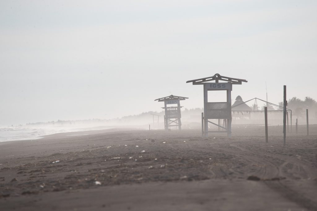 Entre los puestos de salvavidas vacíos avanza la brisa del mar que, sin turistas, se puede observar a simple vista. Foto Prensa Libre: Óscar Rivas
