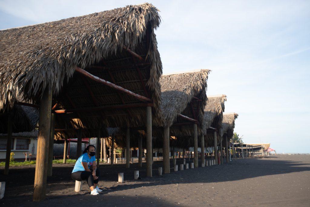 Aunque muchas personas advierten a los turistas a no llegar a la playa, otros extrañan a los visitantes y los ranchos permanecen vacíos. Foto Prensa Libre: Óscar Rivas