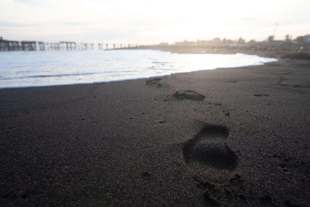 Debido a las medidas de seguridad establecidas por el gobierno las personas no caminan en la playa, pero por momentos aún se ven las huellas de quienes por algún motivo deben pasar por el lugar. Foto Prensa Libre: Óscar Rivas