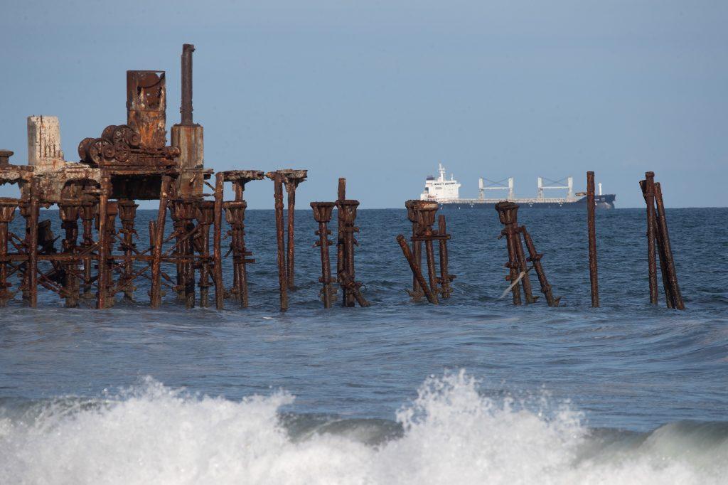 A lo lejos se ve un barco que deja mercadería en Puerto Quetzal, contiguo a San José en Escuintla. Foto Prensa Libre: Óscar Rivas
