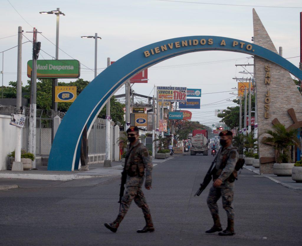 El Ejército de Guatemala patrulla en el ingreso al Puerto de San José, Escuintla después del toque de queda. (Foto Prensa Libre: Óscar Rivas)