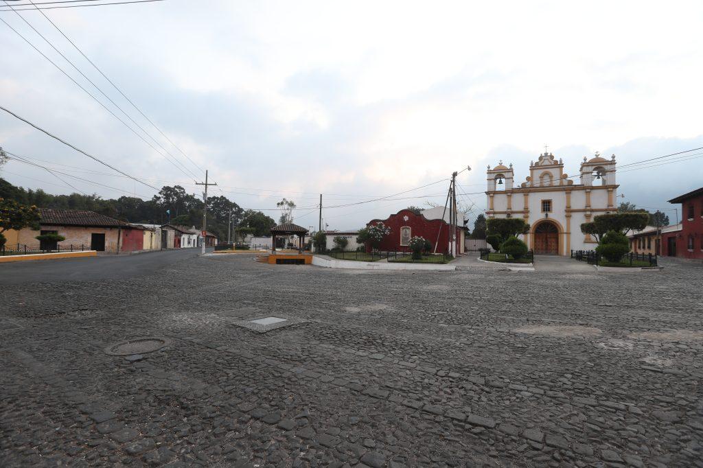 La ermita Santa Lucía se ve desolada una tarde de abril, esto mientras las personas están dentro de sus viviendas para evitar el contagio del Coronavirus. Foto Prensa Libre: Óscar Rivas
