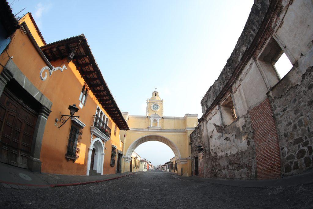 El Arco de Santa Catalina es otro de los puntos más visitados por los turistas en Guatemala, este año el lugar sólo pasan lugareños. Foto Prensa Libre: Óscar Rivas