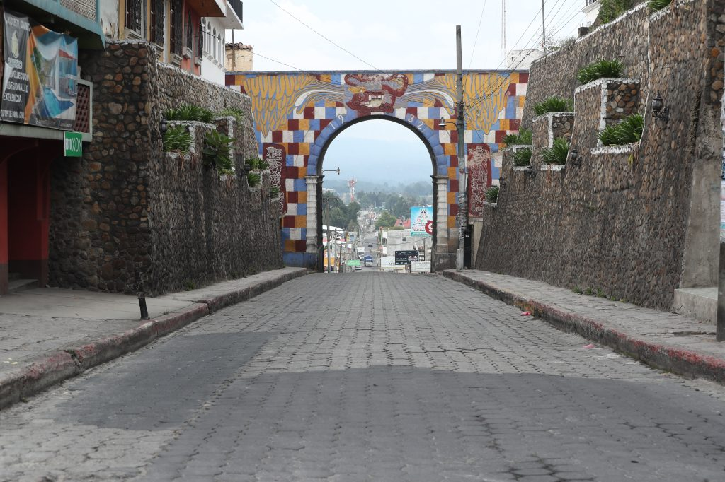 El Arco Gucumatz reluce sus colores en una tarde después del toque de queda. Foto Prensa Libre: Érick Ávila