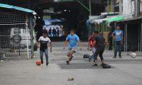 J—venes vendedores y trabajadores del mercado la Terminal realizan una chamusca de fœtbol a pesar de que no se puede estar aglomerados esto para evitar el contagio de coronavirus.  Fotograf'a. Erick Avila:              28/06/2020