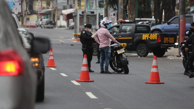 Agentes de la Polic'a Nacional Civil y PMT realizan operativo en el perifŽrico por el toque de queda del d'a Domingo esto para evitar el contagio de coronavirus.   Fotograf'a. Erick Avila:              28/06/2020