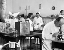 Laboratorio de análisis clínicos del Hospital Civil de Málaga. Años 50, siglo XX. Foto Arenas / Archivo Fotográfico de la Universidad de Málaga. @CTI-UMA