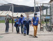 Personal de la PDH visitó el centro asistencial para velar el cumplimiento de todas las garantías del personal y pacientes de los hospitales temporales. (Foto Prensa Libre: Raúl Juárez)