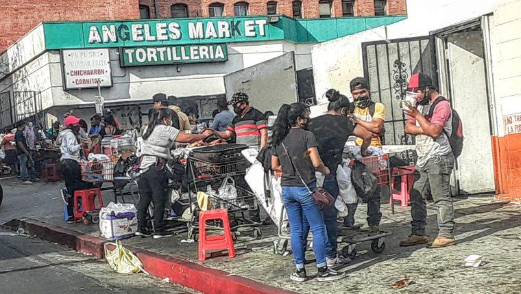 Personas venden comida en un área de La Pequeña Centroamérica, un barrio en Los Ángeles donde viven muchos guatemaltecos. (Foto Prensa Libre: Cortesía)