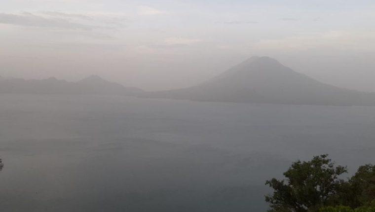 Bruma sobre el Lago de Atitlán por paso del polvo del Sahara. (Foto Prensa Libre: Conred)