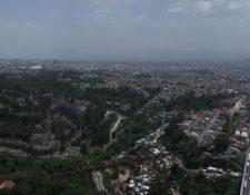 Vista de la ciudad de Guatemala donde se registra presencia del polvo del Sahara en el ambiente. (Foto Prensa Libre: Carlos Hernández).