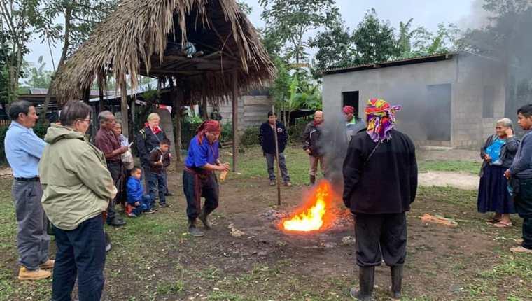 Domingo Choc Che -de azul- formaba parte de la Asociación de Guías Espirituales Mayas. En la imagen aparece junto a un grupo de europeos que investigan sobre la medicina natural. (Foto Prensa Libre: Cortesía)