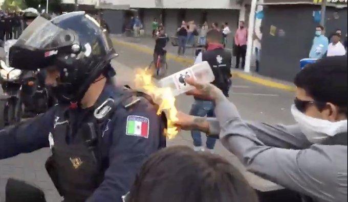 Manifestante es grabado cuando le prende fuego a un policía en Guadalajara