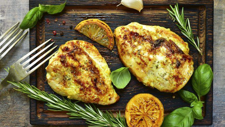 El pollo al limón se prepara en pocos minutos y es exquisito. Foto Prensa Libre: ShutterStock