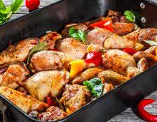 Combinando los tres colores de chile pimiento obtendrá un pollo muy apetitoso.  Foto ShutterStock