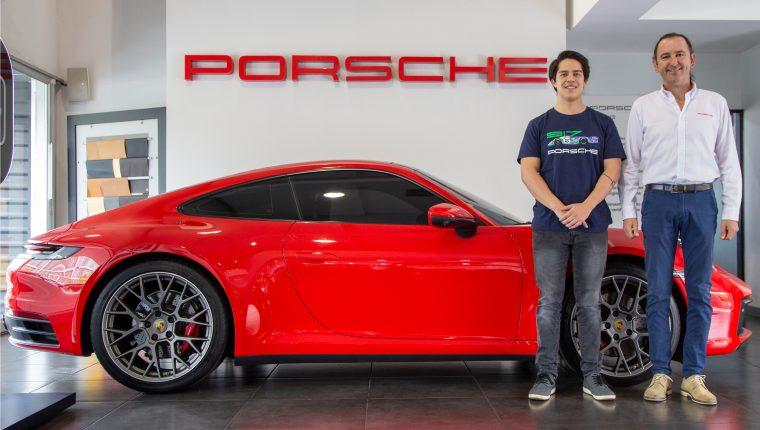 Juan Diego Hernández representará a Guatemala en el torneo Esports de Porsche, posa junto a Diego Cuestas  de Grupo Los Tres. Foto Prensa Libre: Norvin Mendoza