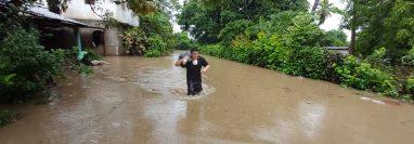 Ante la crecida del río, vecinos rescataron algunos objetos de valor de sus viviendas durante la evacuación. (Foto Prensa Libre: Marvin Túnchez)